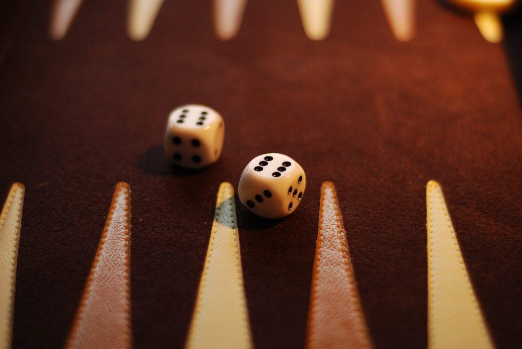 Online Backgammon gegen echte Gegner spielen
